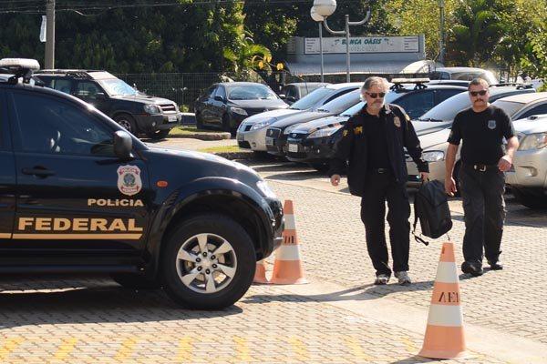 Policias federais cumprem mandado de busca e apreensão em uma nova etapa das investigações