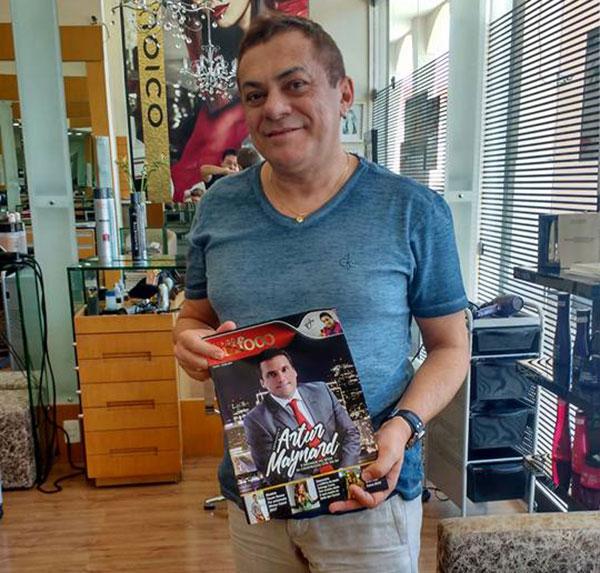 O cabeleireiro Edimilson Alves recebendo a revista Seridó Em Foco no seu badalado salão
