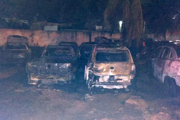 Carros foram destruídos pelas chamas