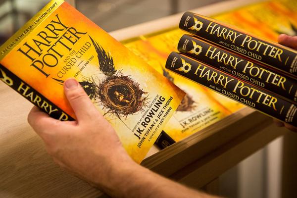 Roteiro de peça de Harry Potter bate recorde de vendas