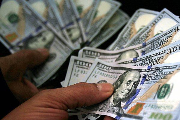 Dólar fecha dia no menor valor em dois meses