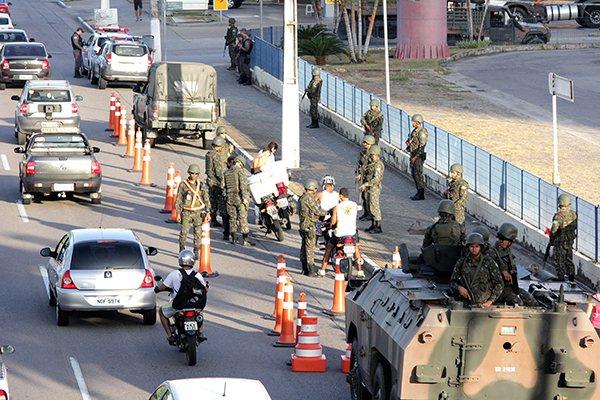 Nos últimos dois dias o Exército e a Polícia Militar fizeram blitze na Av. Roberto Freire, em Ponta Negra, com abordagem de motoristas