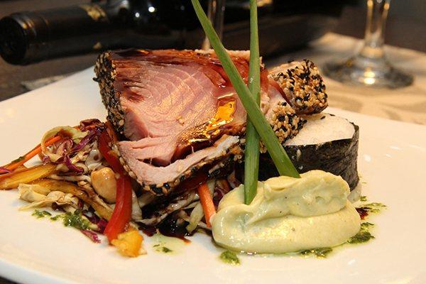 O preferido da clientela: Atum com arrozde sushi, salteado de vegetais, cree wasabi e teriyaki