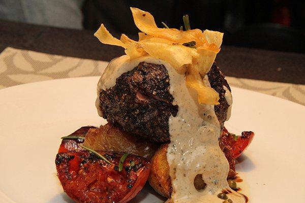 Pepper steak de filé mignon, batatas rústicas e tomates assados