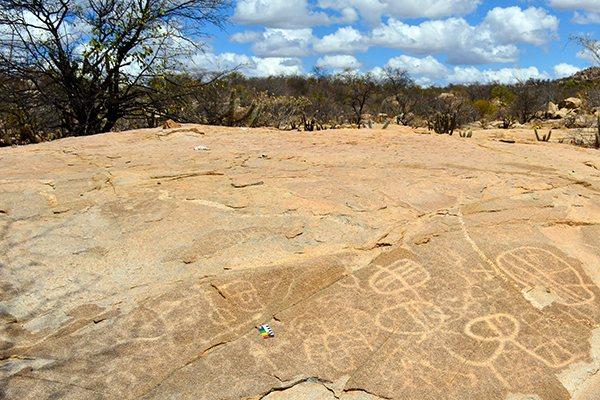 Maior registro de gravuras rupestres está no sítio arqueológico da Pedra Serrada, em Jucurutu