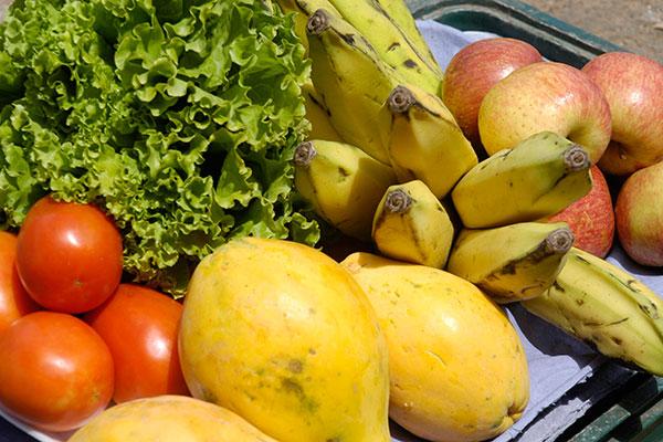 Frutas e hortaliças quase não são citadas pelos adolescentes pesquisados, que preferem comer petiscos e baganas diante da televisão