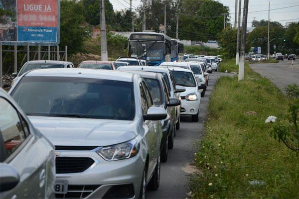 Na avenida Ayrton Senna, o trânsito caminhava lentamente nas primeiras horas do dia