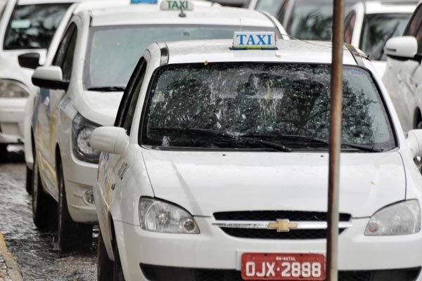 Taxistas natalenses apontam queda de 40% no movimento