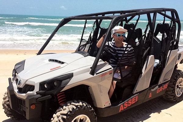Georgiano Azevedo pilotando o UTV, a nova sensação de Canoa Quebrada