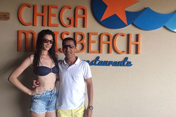 Luiz Nogueira, proprietário da Chega Mais Beach, recebendo a modelo Monique Rêgo