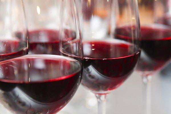 A maior ou menor quantidade de água no vinho é o que fará com que ele seja denso, espesso ou aguado