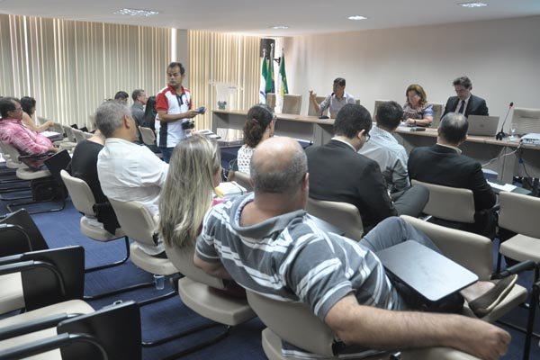 Em reunião com sindicalistas, Tatiana Mendes disse que será divulgado hoje um calendário parcial para os salários acima de R$ 4 mil