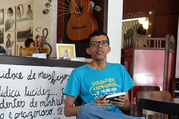 Após quase três anos no mundo digital e mais de 130 mil fãs,  escritor Marcelo Tavares reúneseus microtextos e crônicas em livro físico