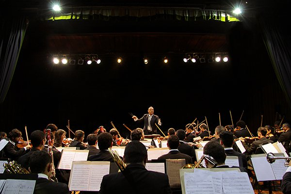 Orquestra Sinfônica da UFRN recebe a flautista Claire de Garde