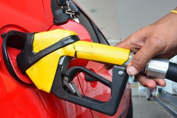 Se o ajuste feito ontem chegar ao consumidor, o diesel pode cair R$ 0,20 por litro e a gasolina R$ 0,05