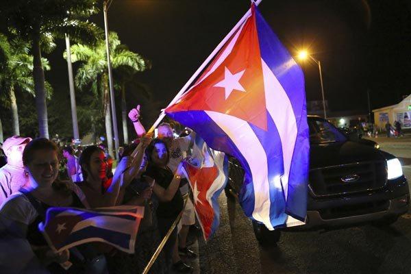 Comunidade cubana residente em Miami, na Flórida (EUA), comemorou o anúncio da morte de Fidel Castro