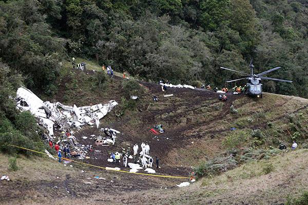 Resgate de corpos teve início logo que o tempo melhorou. Colombianos acharam caixas pretas