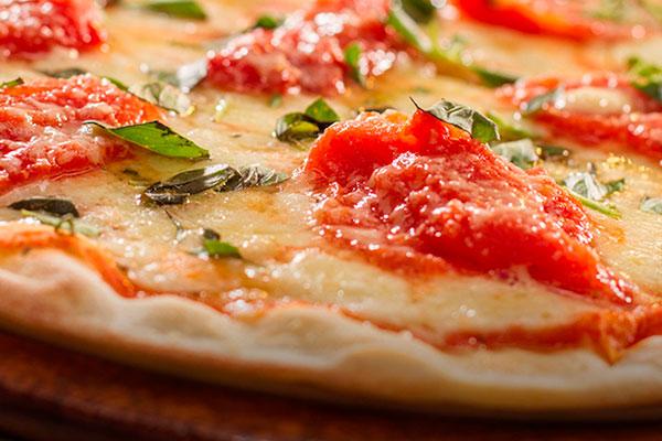 A pizza da Brasa's tem massa fina e leve, ao estilo italiano, mas com adaptações que harmonizam com o paladar do brasileiro que adora comer uma massa no fim de semana