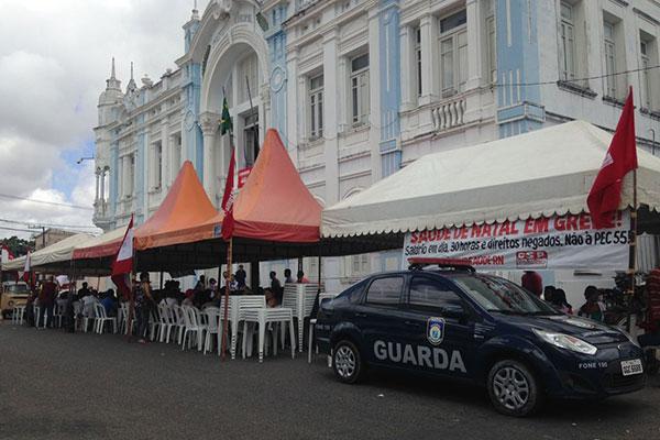 Grupo também permanece fora do Palácio Felipe Camarão