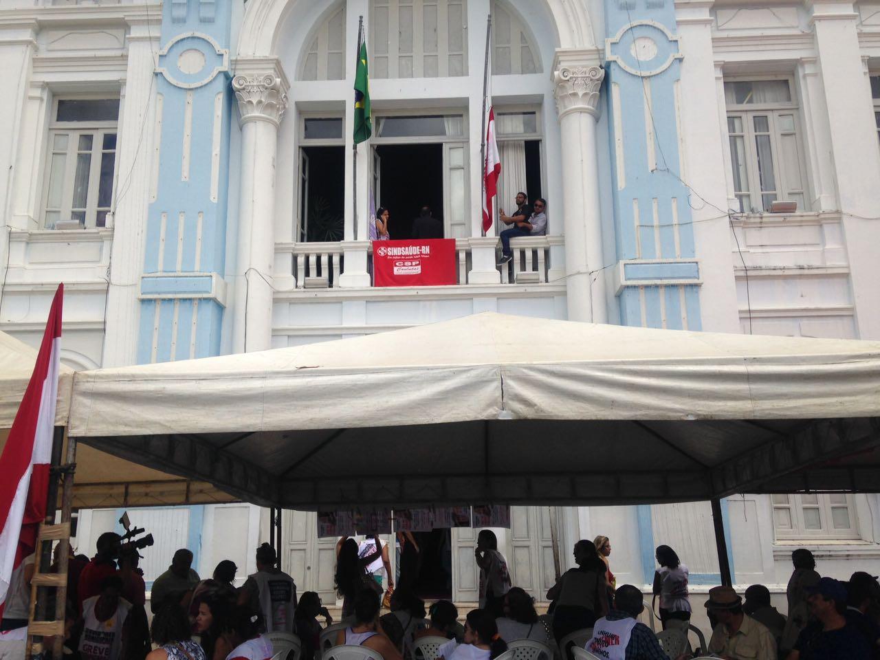 Grupo fixou bandeira do Sindsaúde na sacada de varanda na sede da Prefeitura