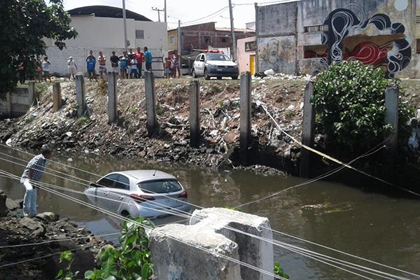 Carro caiu em canal após perseguição policial
