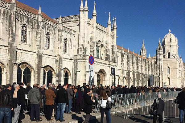 Milhares de portugueses fizeram fila no Mosteiro dos Jerônimos, onde o corpo ex-primeiro ministrop Mario Soares teve velório público