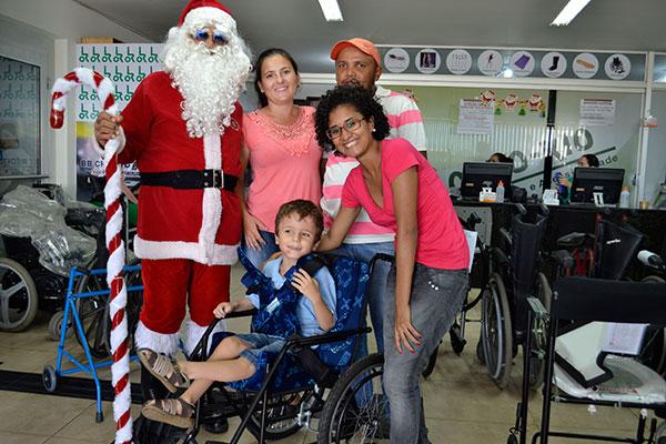 Pedro Lucas, 6 anos, recebeu uma nova cadeira de rodas