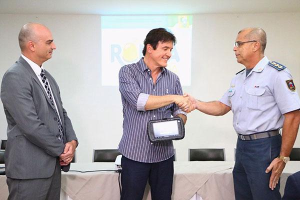 O governador Robinson Faria entregou à PM tablets para serem instalados nas viaturas que vão circular na área do projeto