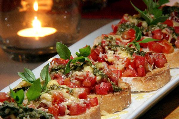 Brusquetas com queijo e tomates frescos