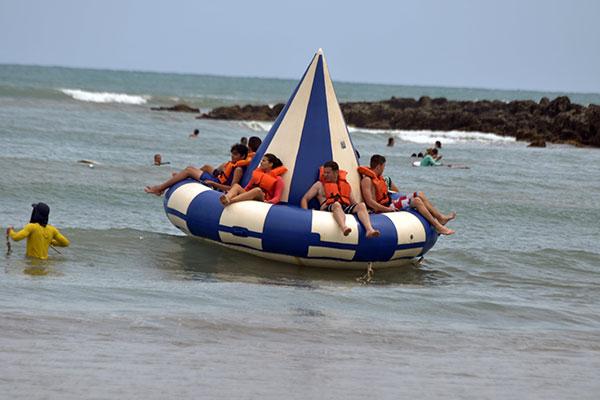 Crianças e adultos também podem dividir a brincadeira no disco boat