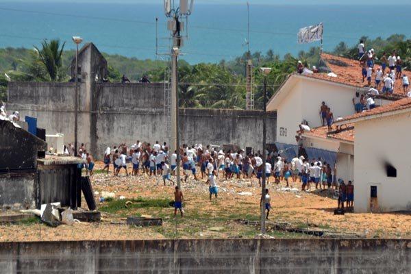 No quinto dia de rebelião na Penitenciária de Alcaçuz, presos continuam soltos no interior da unidade e ensaiam novo confronto