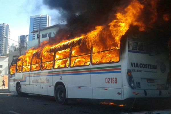 Três ônibus já foram queimados na tarde desta quarta-feira (18) em Natal