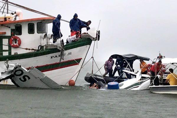 Equipes de resgate tentam retirar os restos do avião e localizar os corpos no local do acidente