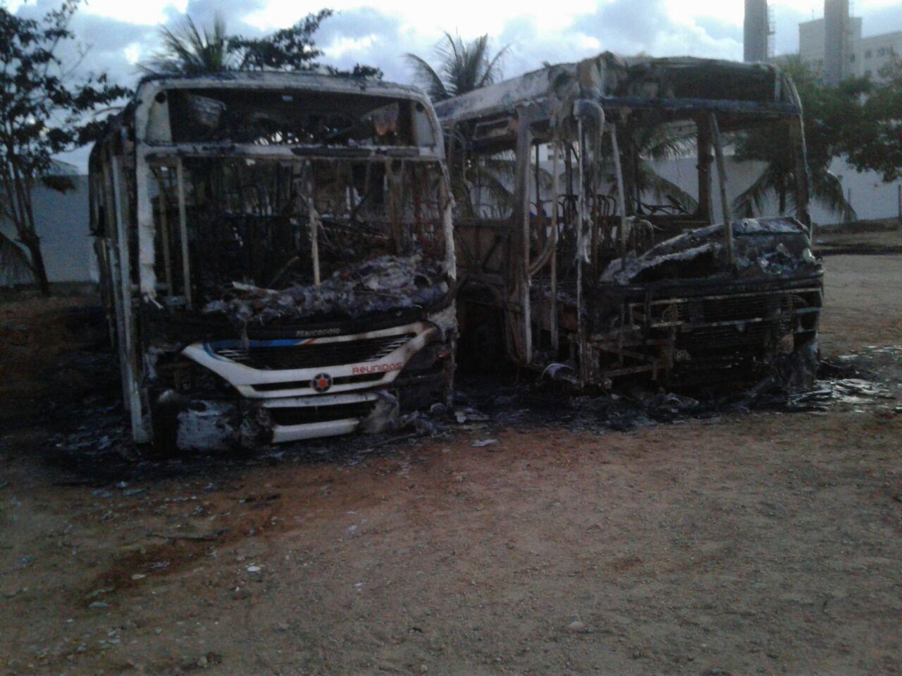 Resultado de imagem para Bandidos queimam dois ônibus na madrugada em Natal e empresas suspendem circulação