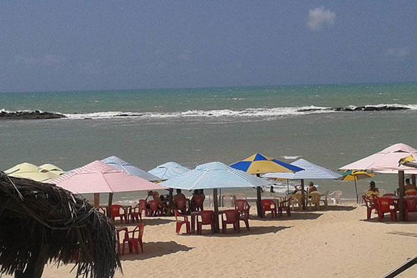 No Camarão do Edival, as barraquinhas ocupam toda a faixa de areia, com serviço de bar, petiscos ou refeição