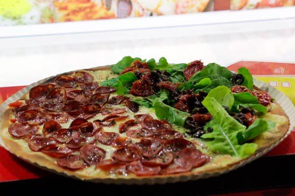 Fatia's serve pizzas inteiras ou em pequenas porções