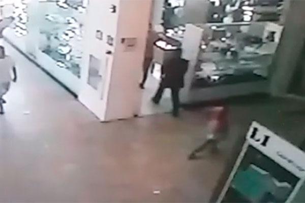 Vídeo mostra momento em que policial militar é baleado