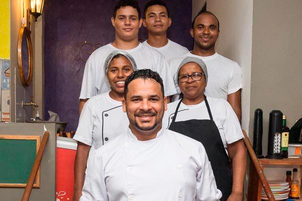Chef Júlio e equipe: experiências em vários setores da gastronomia