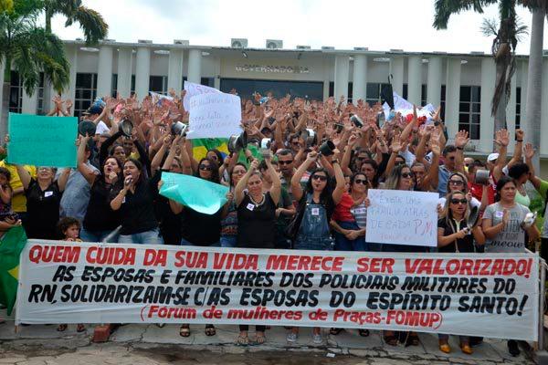 Mulheres de PMs e bombeiros reforçaram protesto em frente à Governadoria. Após acordo, militares suspenderam mobilizações