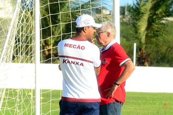 O técnico Felipe Surian conversa com o médico rubro, Maeterlink Rêgo, para saber a situações dos jogadores que estão contundidos