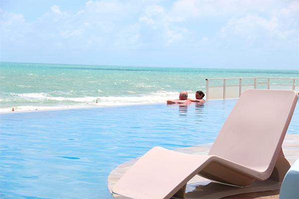 Por meio de pacote-consumação, público visitante pode usufruir das piscinas do hotel eSuites
