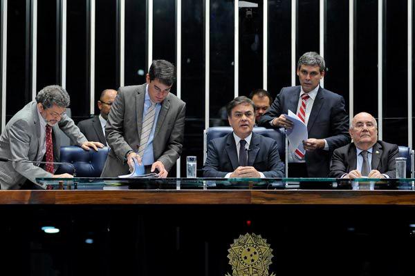 Cássio Cunha Lima preside a sessão que foi marcada pela debate da PEC que trata das transferência de emenda aos municípios