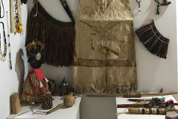 Artefatos de diversas culturas nativas também integram o acervo do lugar