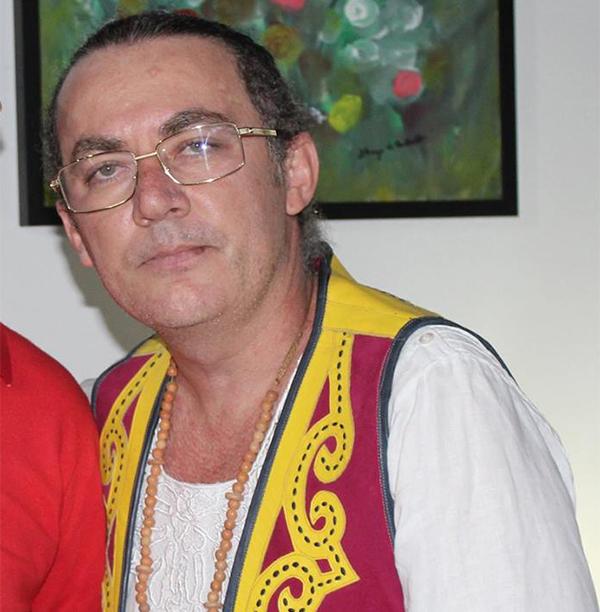 Nascido em Francisco Dantas, colecionador de arte e professor universitário Jairo Campos retorna à sua terra Natal para fundar um museu dedicado à cultura popular
