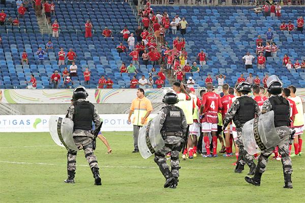 Após o apito final do árbitro Suélson Diógenes, na Arena das Dunas, torcedores do América invadiram o gramado para protestar