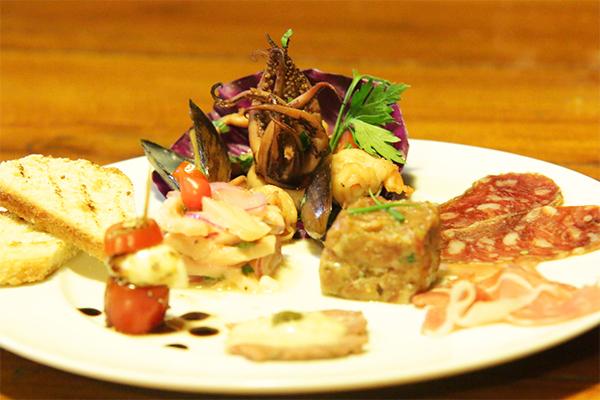 Entre as novidades do menu estão o Carré de cordeiro e a entrada mistomari, que inclui frutos do mar e carnes temperadas