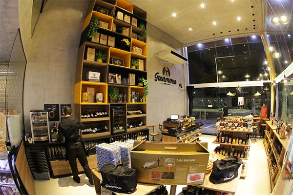 Aberto todos os dias, Gourmeria alia serviço de vendas de produtos gourmet, além de vinhos, cervejas, e cozinha de bistrô