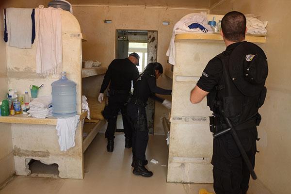 A força tarefa faz constantes vistorias em celas e treina agentes estaduais