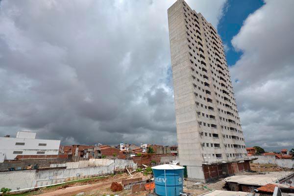 Prédio de 20 andares, na Av. Interventor Mário Câmara, teve obras paralisadas em abril de 2014