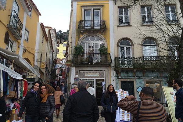 A rua do comércio, em Sintra, reune pequenas lojas e docerias